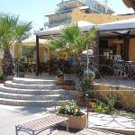 Stabilimento con bar e tavoli (anche pranzo) e accesso alla spiaggia
