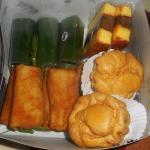 Nah ini waktu saya beli tempo hari, risoles, lemper isi ayam, kue soes dan bolu lapis surabaya.