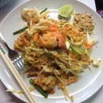 Pad Thai non épicé, proposé au poulet, porc, ou crevettes ou fruits de mer, excellent.