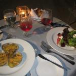 Ensalada Mixta con queso de cabra y almejas rellenas y gratinadas al chipotle de La Palapa