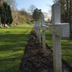 Croix françaises et au loin, plaques de marbre anglaises.