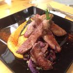 Socarrat de arroz negro con calamares, lomos de dorada y alioli de albahaca y puntas de jarrete