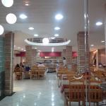 Visão na entrada do restaurante com buffet ao fundo.
