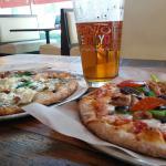 Pizza y cerveza.