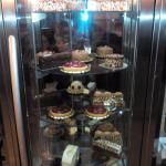 витрина с десертами