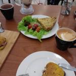 Tarta del día, latte, té y bocatta