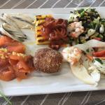 """Il pesce prima dei """"trattamenti culinarii"""" e il piatto cotto servito con l'aperitivo"""