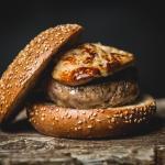 Hamburguesa de vedella amb ceba caramelitzada amb foie
