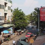 Derrière les arbres, le Riverside et le Tonle-Sap.