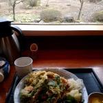 お蕎麦を食べながらお庭が見られます。