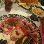 Assortiment de 7 mezze (taboulet, houmous, feuilles de vigne, chausson au fromage,...)