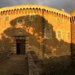 Coucher de soleil et ombre des arbres portée sur la façade du chateau
