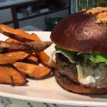 Nuestra hamburguesa, servida durante el brunch únicamente