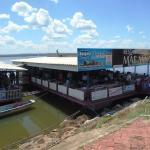 A casa vista da margem: duas barcaças adaptadas