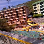 Hotel amarillo y parte del verde