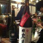 Buena selección de sake y vinos.