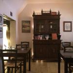 Der Innenbereich besticht durch schöne Beleuchtung und urigem Design.