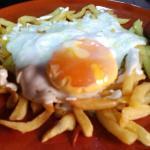 Huevo de oca con patatas a los 3 quesos y chorizo