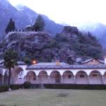gegen über die Kirche San Lorenzo, im Hintergrund der Paradiso Garten auf dem Felsen