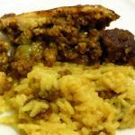 Südafrikanisches Bobotie (fruchtig-würziger Lamm- und Rinderhack-Auflauf mit gewürztem Reis)