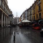 Plaza del Mercado (zona peatonal) el hotel está a derecha, al fondo