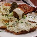 Plato vegetariano de salsas sobre un pan crujiente, super completo!