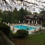 la piscine avec d'autres chambres/suites dans le bâtiment adjacent