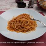 Spaghetti mit Tomatensosse für 7 Euro - Apfelsaftschorle 3,50 Euro