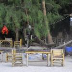 Tavolini del bar del Dolphin, direttamente sulla spiaggia
