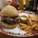 Lugar super aconchegante, ótimo atendimento e o hambúrguer realmente é de verdade 👏🏻👏🏻👏🏻