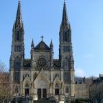 La façade néo gothique, (en voie de ravalement.)