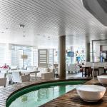 Bar-piscina e área comum do Hotel.