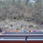 Aussicht vom Balkon: Geröllhalde und Spielplatz. Keine Sonne, dafür Kinderlärm...