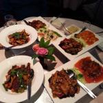 Een maaltijd voor 5 personen. Sichuan beef en chicken en en drie combo's bestaande uit 2 gerecht