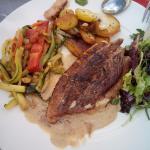 Filete de Magret a la plancha con salsa de hongos acompañado de verduras y patatas nuevas