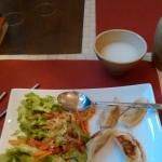 Mandou (raviolis coréens) avec salade et vin de riz