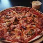 Nydelig pizza og bord ved siden av peisen. Kjemperomantisk 😍