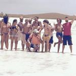 caminando en un cayo de arena dentro de la laguna.