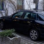 Fahrzeug des Hausbesorgers parkt auf Behindertenparkplatz