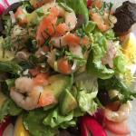 En entrée une belle salade crevettes décortiquées et de saumon et une tapenade au bon gout de pr
