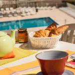 Petit déjeuner en terrasse côté piscine