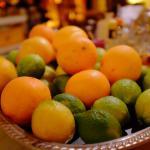 limas, naranjas y limones para los cócteles.