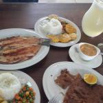 Trucha a la Plancha & Carne Apanada con una jarra de limonada