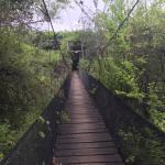 puente colgante hacia las habitaciones