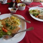 Pirarucu com legumes, batata sauté, molho de camarões e a maravilhosa farofa de castanha