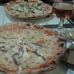 Pizza vegetal y bartola con anchoas
