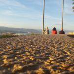 Quelques touristes regardant la vielle ville d antibes et les montagnes de l'arrière pays