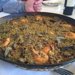 Paella de langostinos y alcachofas