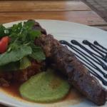 Muito simpaticos. Experimentamos comidas locais e comemos este Kubu Kebab! Delicioso! Preço just