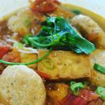 Bun rieu, soupe vietnamienne au palets de crabe, tomate et tofu